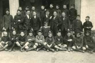 Una scolaresca davanti al convento