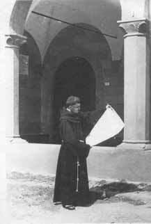 Un frate davanti al convento