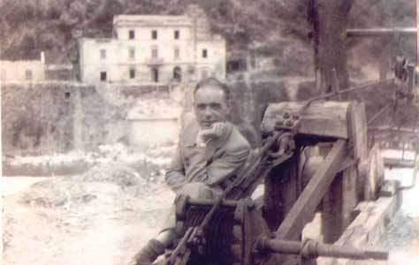 """Il """"ponte pari"""" distrutto dai bombardamenti; nella foto Augusto Amaducci vicino alla teleferica"""