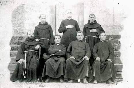 Incontro di sacerdoti a Corsagna: si riconoscono (in piedi da sinistra) P. Ranieri Chiellini, il canonico Mons. Domenico Dinucci, P. Antonino Micheli; (seduti, al centro da sinistra) Don Alessio Bachini e il proposto Mons. Carlo Lencioni.